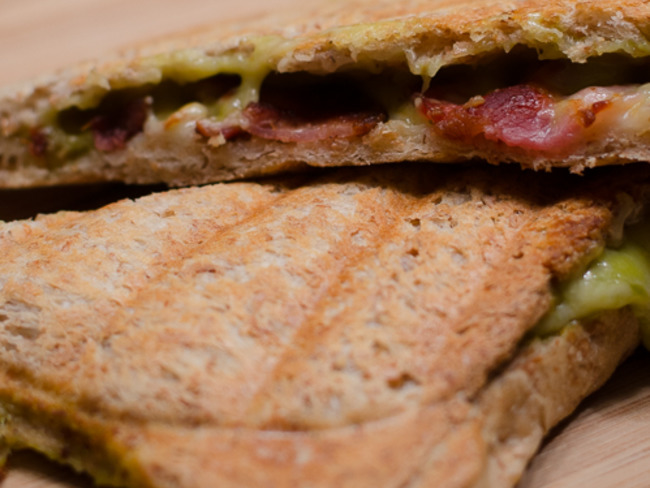 Croque monsieur au guacamole et au bacon grillé