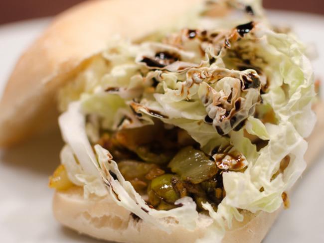 Sandwich chaud au poulet épicé, aux olives et au fenouil