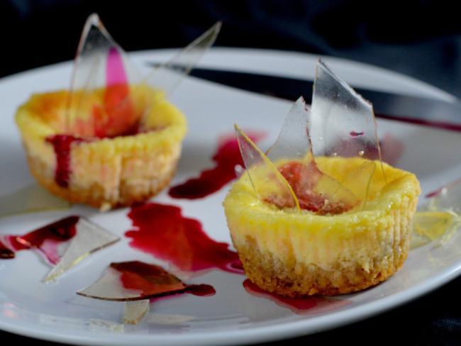 Mini cheesecakes sanglants et éclats de verre en sucre