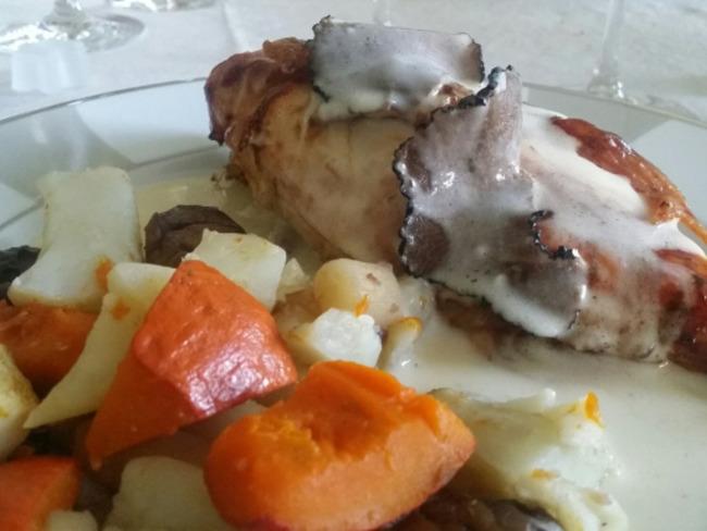 Chapon sauce suprême aux truffes.