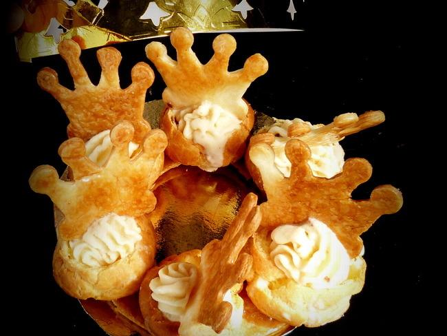 Galette des rois comme une couronne glacée à la bergamote