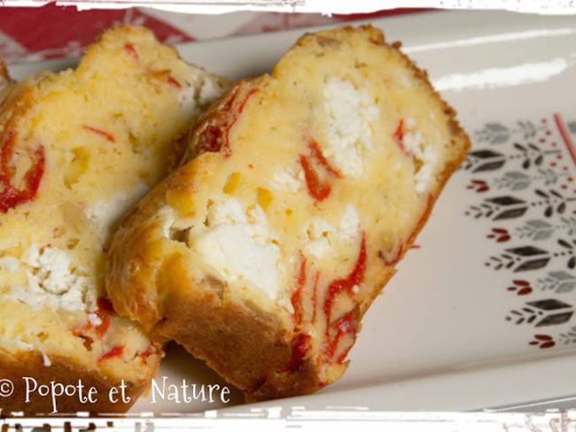 Cake à la feta, aux piminentos del Piquillo et aux pignons de pin
