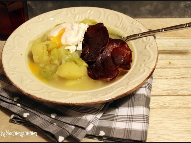 Soupe paysanne poireau pomme de terre, oeuf poché et chips de coppa
