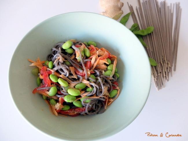 Salade de nouilles soba d'inspiration asiatique