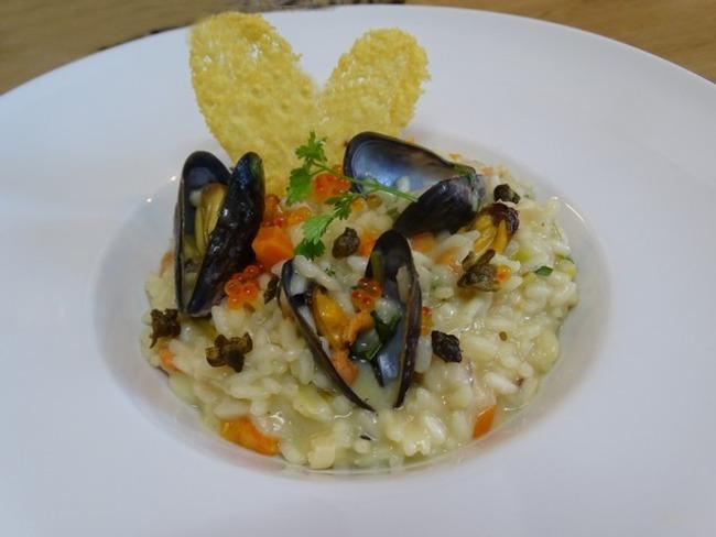 Risotto au jus de marinière, fleurs de câpres frites et chips de Grana Padano