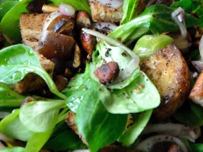 Salade de mâche au sumac, dattes et amandes