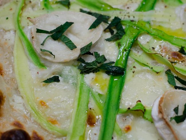 Pizza aux tagliatelles de courgette, au chèvre et à la menthe