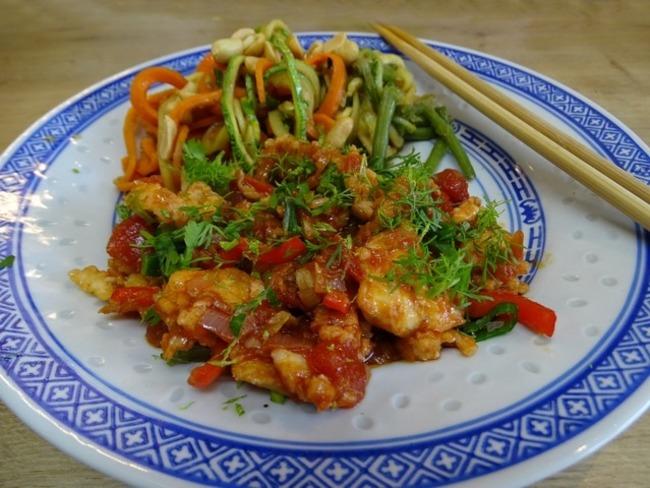 Poisson à la balinaise et wok de légumes sautés
