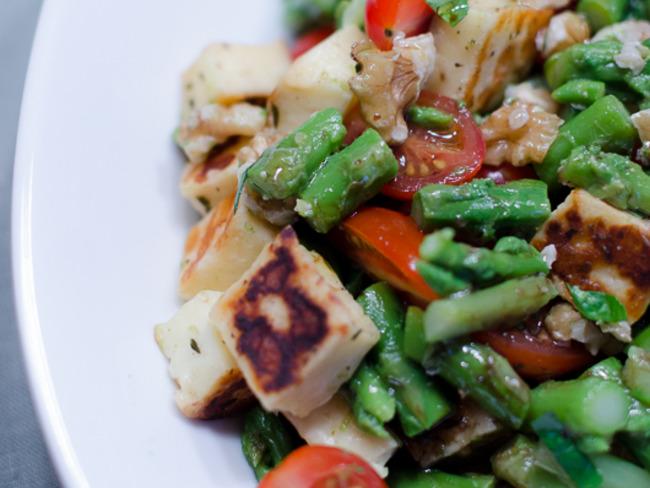 Salade d'asperges vertes, aux tomates cerises, aux noix et à l'halloumi