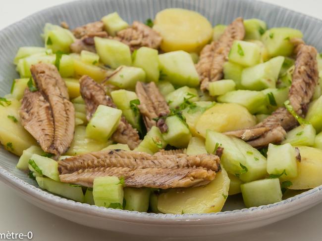 Salade de pommes de terre, concombre et sardines