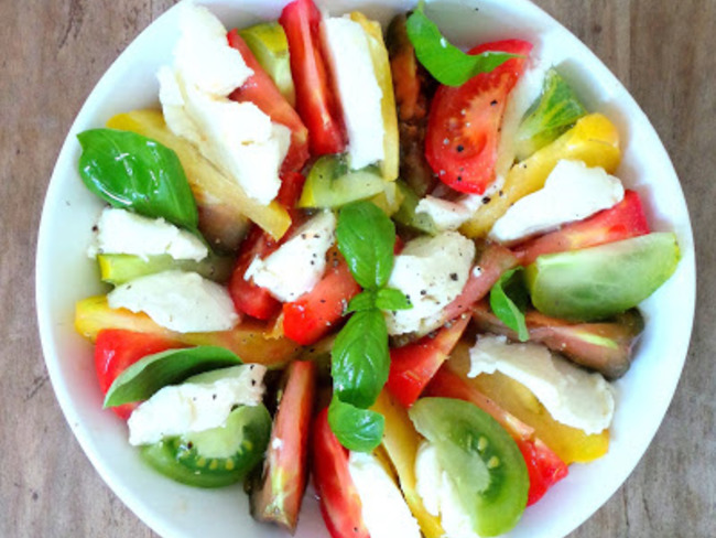 Salade de tomates multicolores avec de la mozzarella