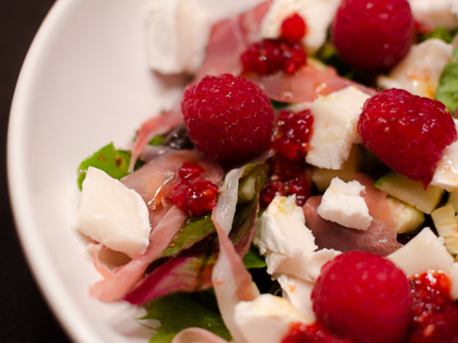 Salade de mesclun, au jambon fumé, au chèvre et aux framboises