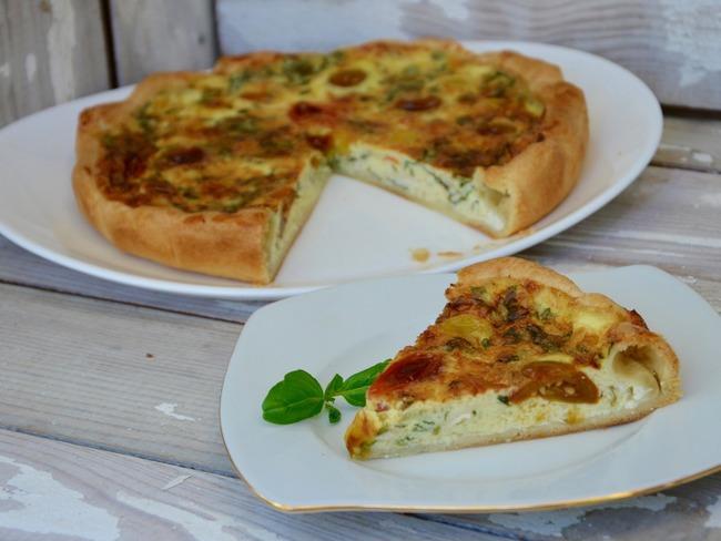 Quiche au fromage, tomates cerises et basilic