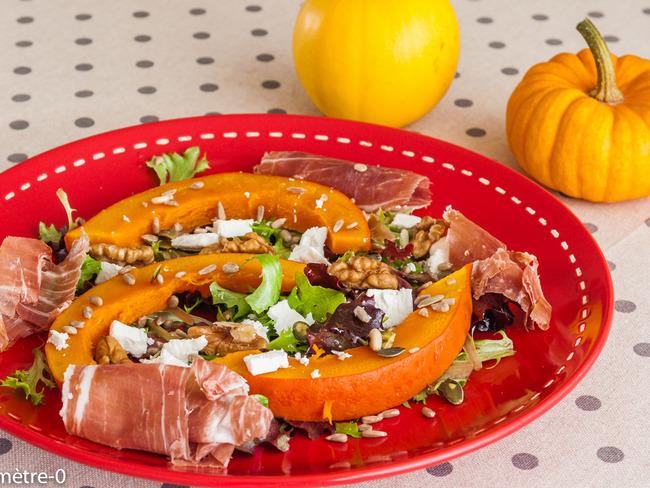 Salade de potimarron aux jeunes pousses, jambon, noix et fêta
