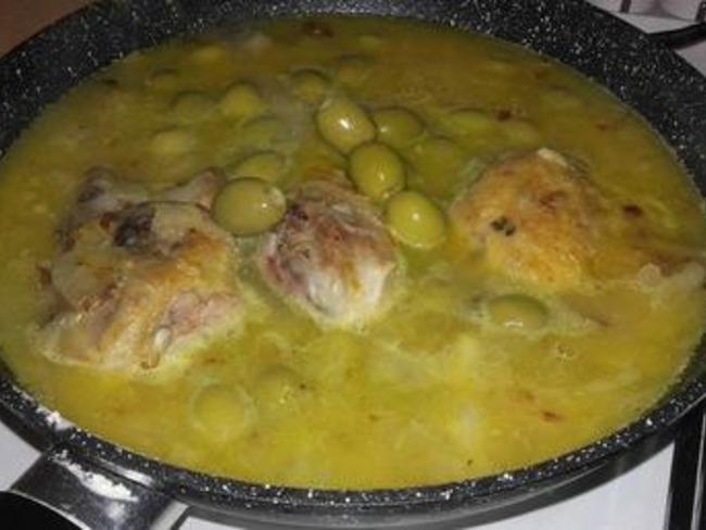 Poulet aux olives avec des courgettes