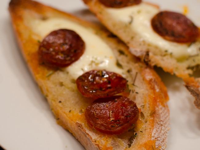 Tartine au chorizo et à la mozzarella sur du pain aillé