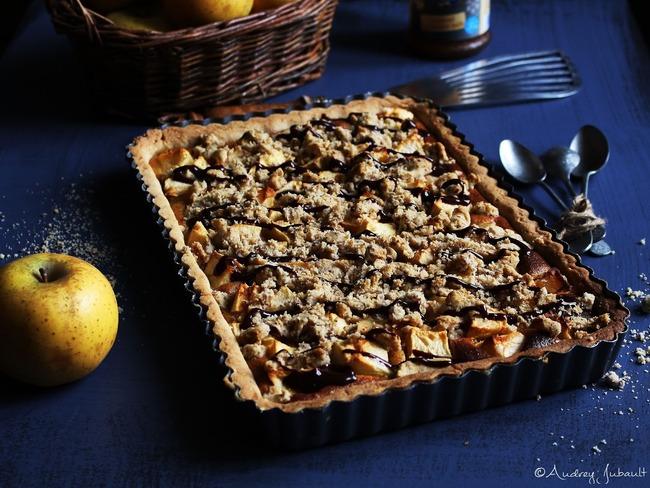 Tarte aux pommes, crème amandin au caramel et crumble noisettes