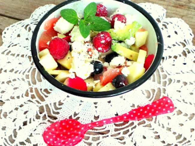 Salade printanière radis, pomelos, avocats, feta et pommes