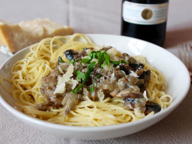 Spaghettis aux champignons de Paris, crème fraîche et ...