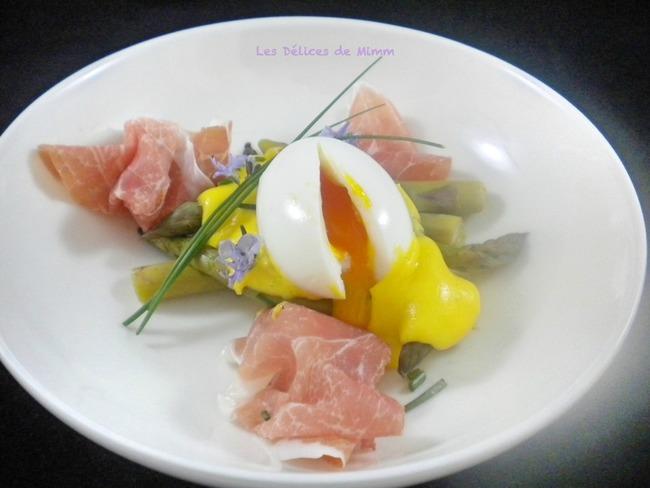 Œuf mollet sur asperges vertes, jambon de Parme et sauce hollandaise