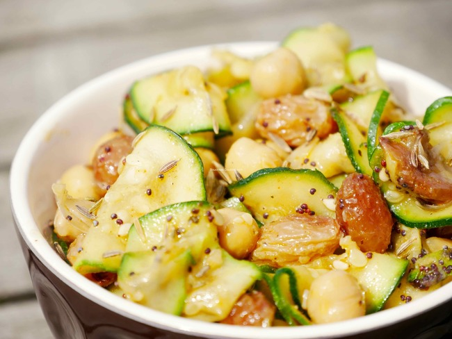 Courgettes, raisins secs et pois chiches en marinade épicée