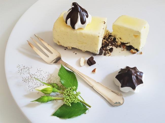 Vacherin glacé vanille miel amande et chocolat