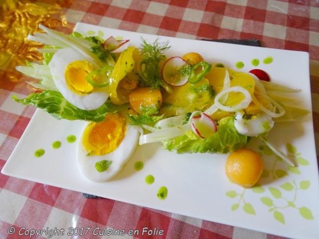 Salade estivale oeuf d'oie, tomate ananas, fenouil, radis, kiwi jaune, melon, vinaigrette de basilic