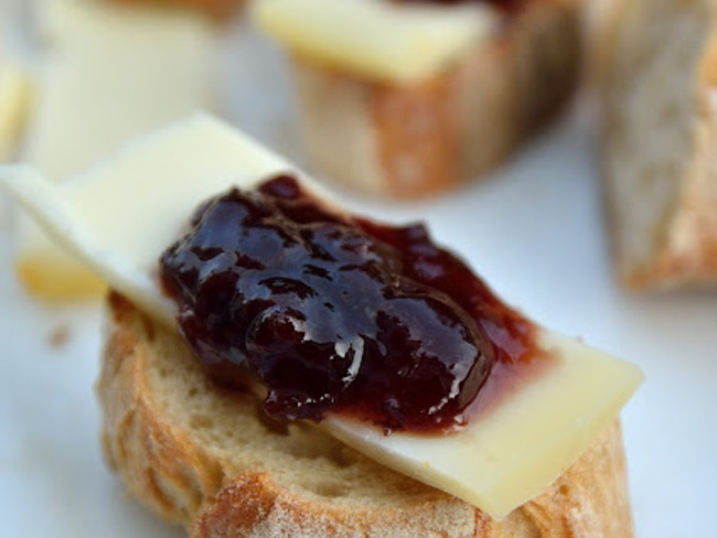 Pain grillé au fromage de brebis et confiture de cerise noire