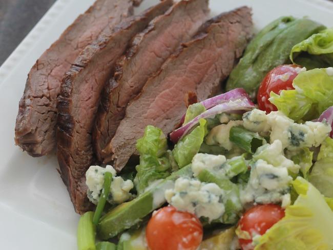 Salade de steak, sauce au fromage bleu