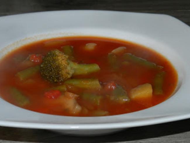 Potage de légumes se baignant dans un jus de tomate
