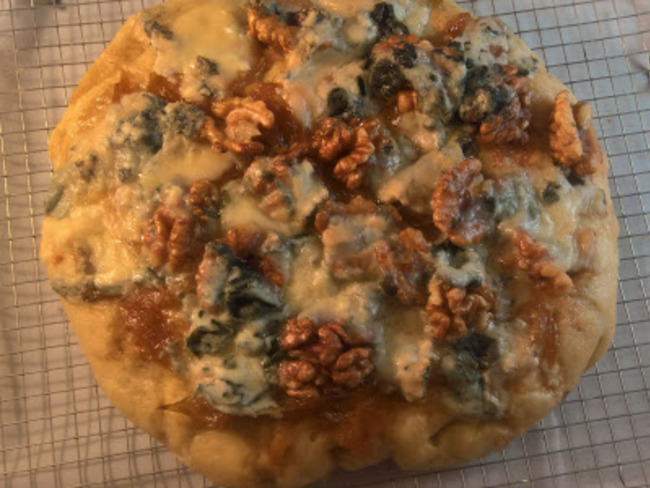 Focaccia au roquefort, oignons caramélisés et noix