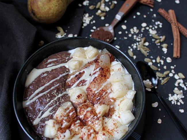 Porridge poire crue et rôtie, cacao, cannelle et cardamome