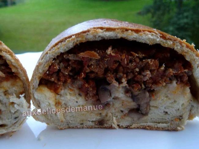 Buns fourrés au bœuf à la sauce tomate, champignons et mozzarella