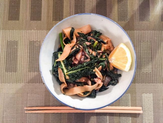 Wok de nouilles de riz au kale