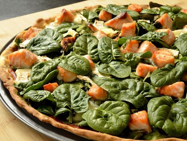 Pizza aux épinards, saumon et chèvre