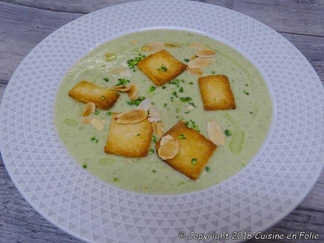 Velouté de brocolis au Roquefort, croûtons et amandes effilées torréfiées