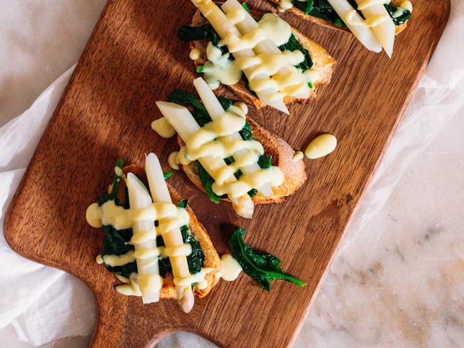 Tartines aux épinards, asperges et sauce hollandaise