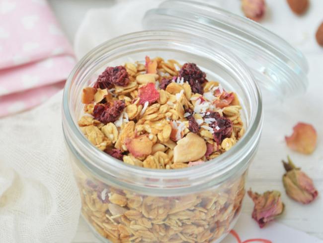 Granola à la rose, framboise et amande