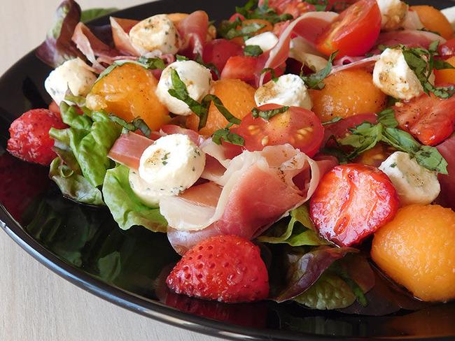 Salade tomates, melon, fraises, jambon sec, feta et vinaigrette vanillée