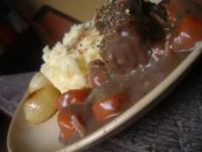 Boeuf Bourguignon et petits oignons glacés écrasés de pommes de terre