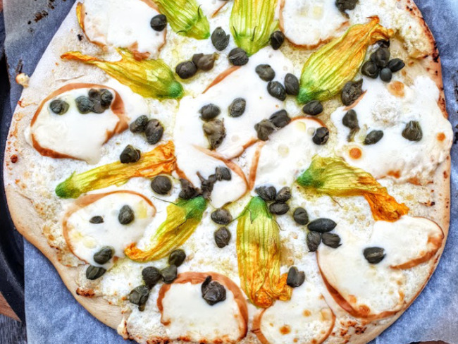 Pizza aux fleurs de courgette et scamorza