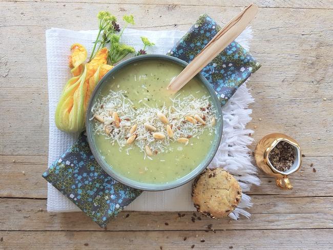 Soupe de courgettes, parmesan et pignons