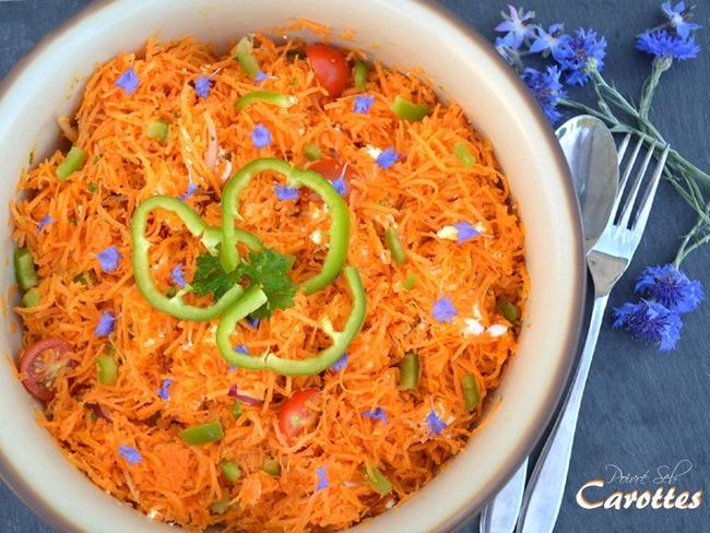 Carottes râpées au jus de citron, poivron aux fleurs de bleuet
