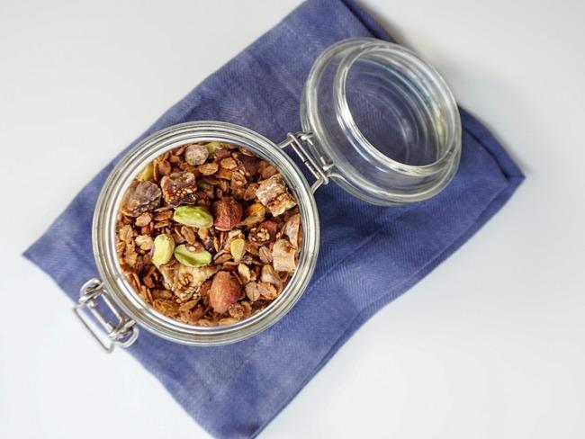 Granola aux figues, pistaches et fleur d'oranger