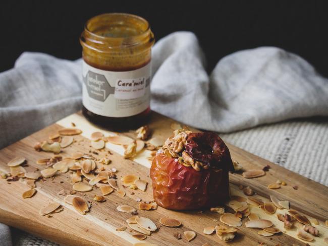 Pommes au four, cara'miel, amandes effilées et noix de Grenoble