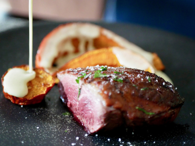 Filet de canette grillé, potimarron rôti et sauce à la crème de parmesan.