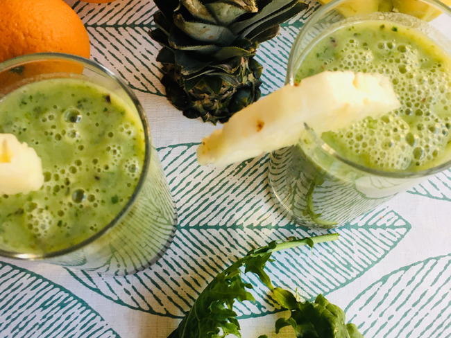 Smoothie ananas, orange, banane et chou kale