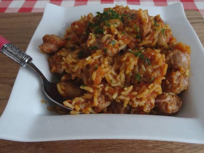 Riz à la sauce tomate, aux chipolatas et champignons de Paris