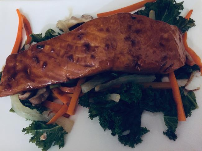 Pavé de saumon laqué et légumes sautés