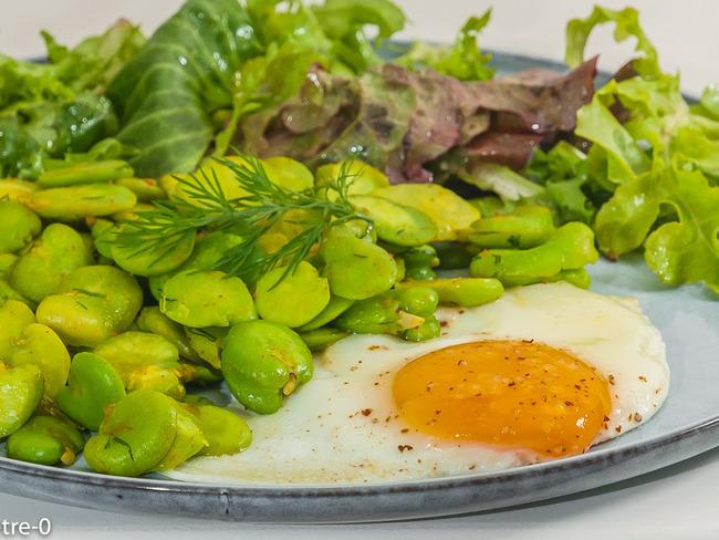 Fèves à l'aneth aux œufs frits